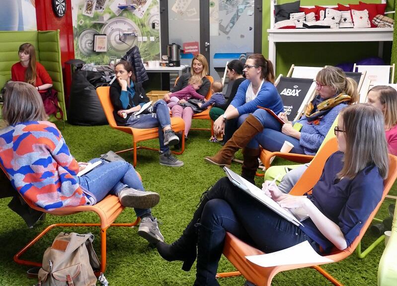 Przed pandemią Gdański Inkubator Przedsiębiorczości organizował spotkania z ekspertami dla matek planujących powrót na rynek pracy w swojej siedzibie, obecnie, z racji pandemii kontynuuje działania w ramach webinarów