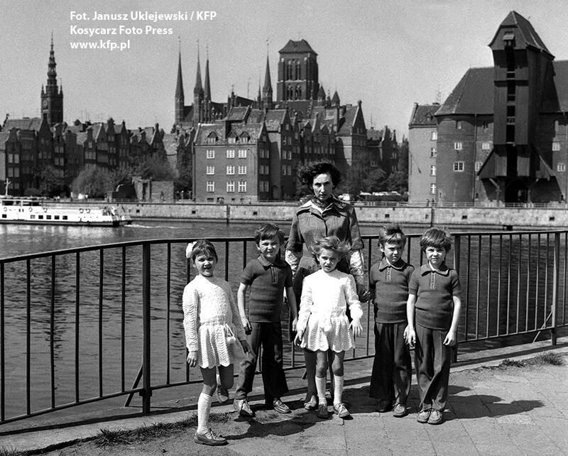 Gdańskie pięcioraczki z mamą na spacerze, maj 1978