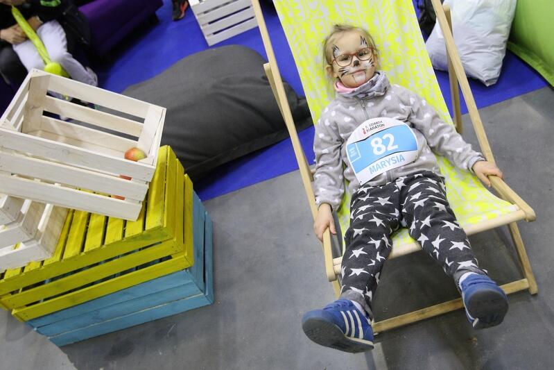 Gdańsk Maraton, kwiecień 2019, trudno stwierdzić, czy zawodniczka relaksuje się przed biegiem dla dzieci, czy odpoczywa po przekroczeniu mety...