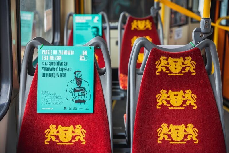Wkrótce autobusy i tramwaje będą mogły wozić 3/4 maksymalnej liczby pasażerów. Nz. wnętrze tramwaju promującego 425-lecie gdańskiej Biblioteki PAN z charakterystycznymi i dowcipnymi tablicami na krzesełkach, gdzie obowiązuje jeszcze na tę chwilę zakaz siadania