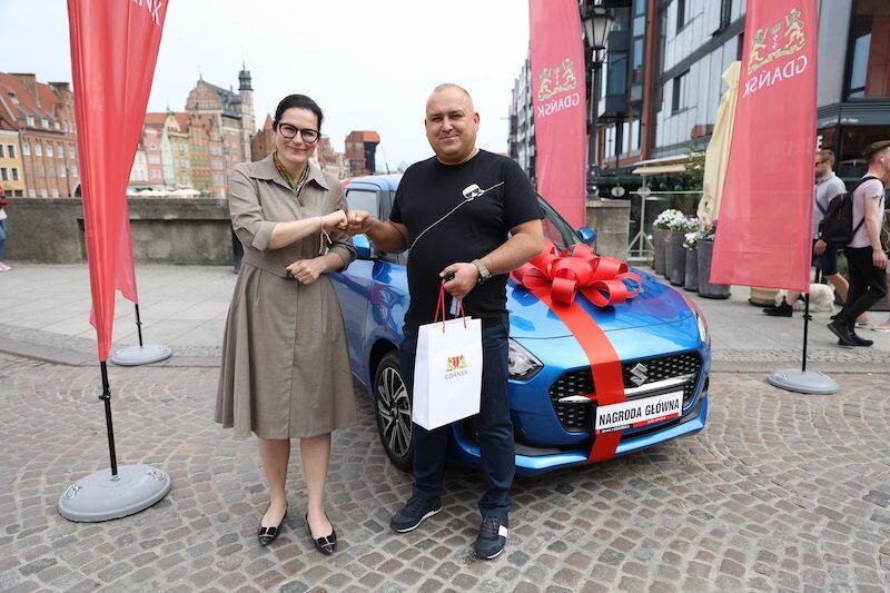 Tomasz Urbanek zdecydował, że hybrydowe Suzuki Swift przekazane przez Aleksandrę Dulkiewicz prezydent Gdańska, ofiaruje swojej żonie