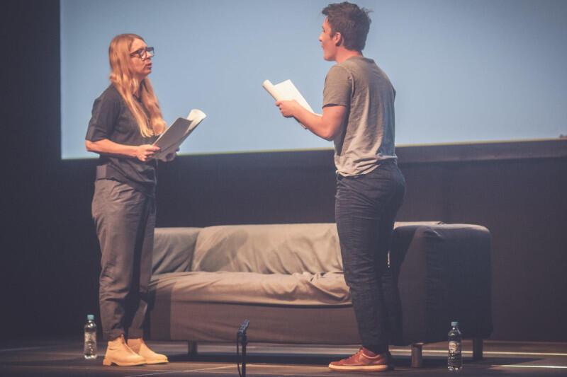 Aktorzy odgrywają kilkanaście postaci za pomocą prostych środków - zmieniając ton głosu lub ułożenie ciała