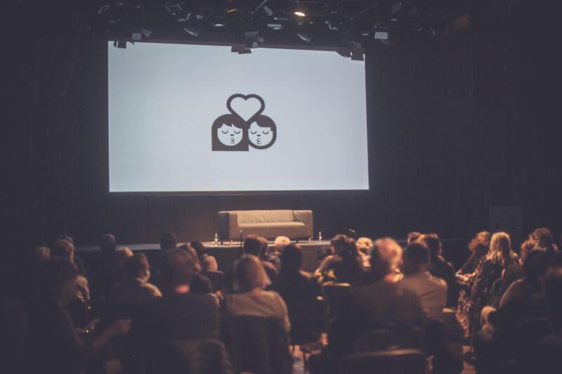 """""""Kocham cię"""" - sztuką pod tym tytułem, niemieckiego autora Krista Šagora, cykl czytań performatywnych PC Drama w poniedziałek, 31 maja, powrócił do klubu Żak po pandemicznej przerwie"""