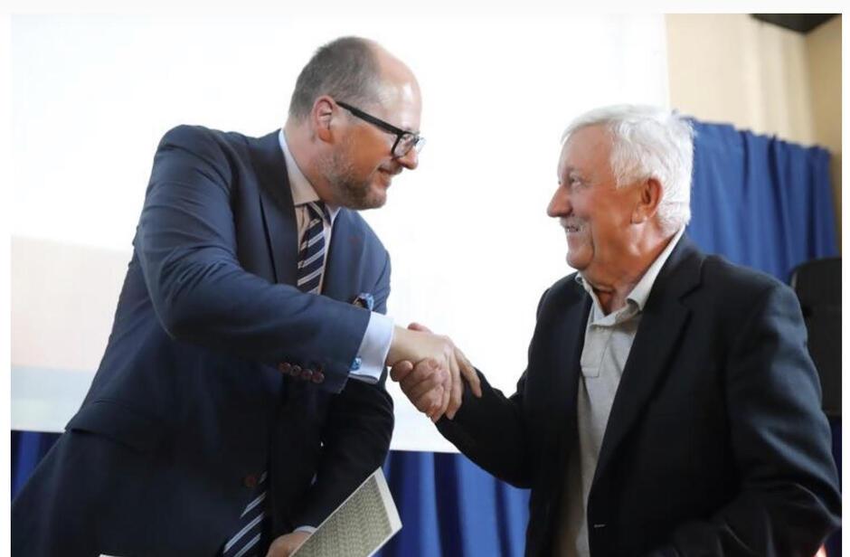 Mandat radnego Strzyży pełnił nieprzerwanie przez 18 lat, aktywnie działając w tym czasie na rzecz dzielnicy. Na zdjęciu z prezydentem Gdańska Pawłem Adamowiczem
