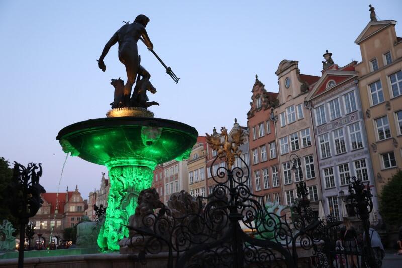 Jeden z symboli Gdańska - Fontanna Neptuna - efektownie podświetlona na zielono...