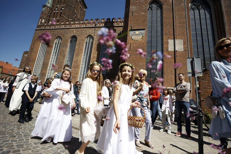 Dzieci podczas procesji sypią kwiaty