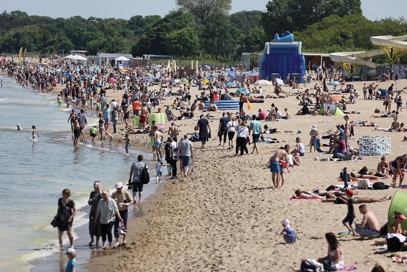 Molo i plaża w Gdańsku Brzeźnie wyglądały jak w szczycie letniego sezonu
