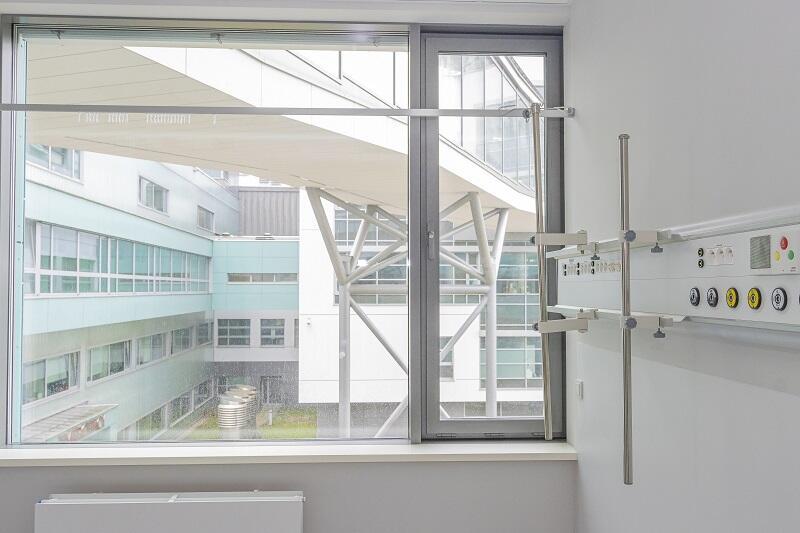 Widok na jeden z łączników łączących Centrum Medycyny Nieinwazyjnej z oddanym do użytku w 2011 roku Centrum Medycyny Inwazyjnej UCK