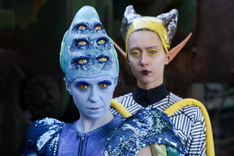 """""""Kosmici"""" w reżyserii Jakuba Krofty to zabawna opowieść o tym, jak przeżyć w kosmosie (i nie zwariować), na podstawie sztuki Marii Wojtyszko. Adresowana jest dla całych rodzin"""