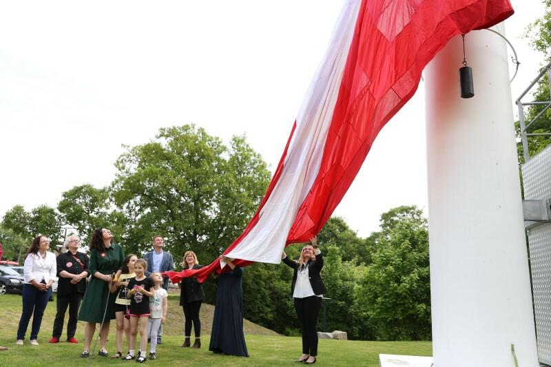 Flagę zawieszono na maszcie Góry Gradowej zgodnie z dobrymi zasadami - uroczyście i tak, by nie dotknęła ziemi nawet rąbkiem