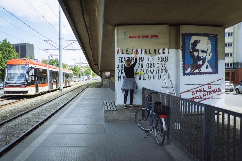 Mural poświęcony Alesiowi Bialackiemu znajduje się na filarze wiaduktu samochodowego, nieopodal Forum Gdańsk, Komendy Wojewódzkiej Policji i gmachu Agencji Bezpieczeństwa Wewnętrznego. Kto w tym gorącym dla Łukaszenki czasie mógł pobazgrać pracę wulgarnymi i antysemickimi napisami? Każdy - nawet ktoś działający dla białoruskiego KGB