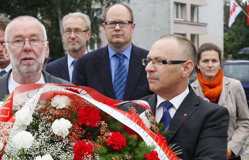 Obchody Porozumień Sierpniowych w 2012 r. Nz. od lewej Józef Przybylski, Ryszard Stachurski , Paweł Adamowicz , Jerzy Borowczak, Aleksandra Dulkiewicz