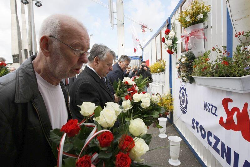 Obchody Porozumień Sierpniowych w 2011 r. Józef Przybylski składa kwiaty pod II Bramą Stoczni Gdańskiej. Obok (po prawej) Bogdan Borusewicz i Bronisław Komorowski