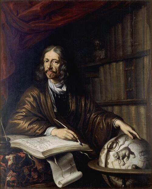 Obraz z wizerunkiem mężczyzny siedzącego przy globusie i otwartej księdze. W prawej dłoni trzyma pióro, lewa położona na globusie. W tle regały z książkami