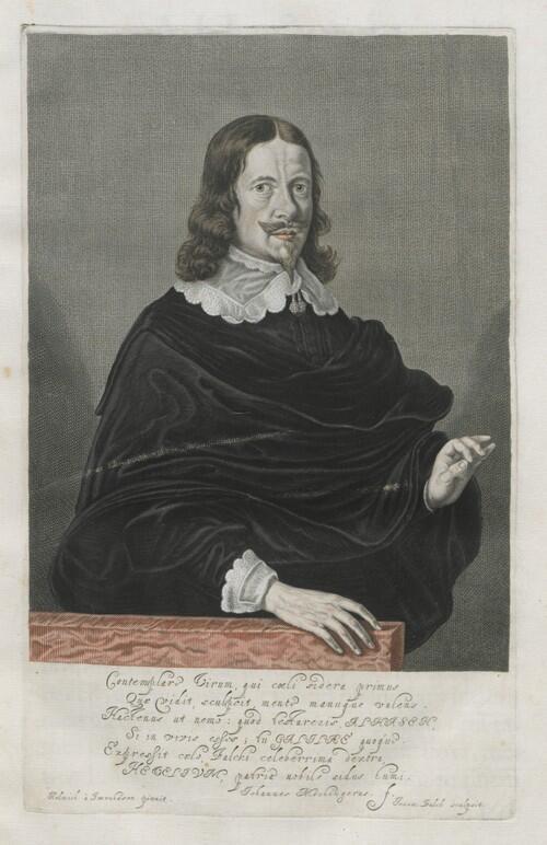 Rycina - mężczyzna (Jan Heweliusz) w stroju z epoki stoi przy blacie stołu. Pod rysunkiem inskrypcja (napisy po łacinie)