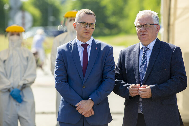 Dwóch mężczyzn w średnim wieku w garniturach