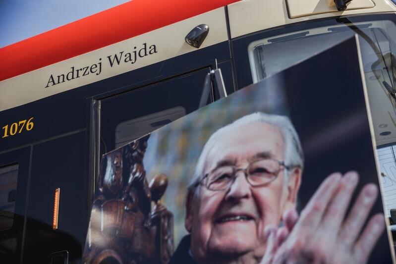 Nowoczesny tramwaj Pesa Jazz Duo o numerze bocznym 1076 zyskał imię Andrzeja Wajdy - jednego z najwybitniejszych twórców w historii światowego kina