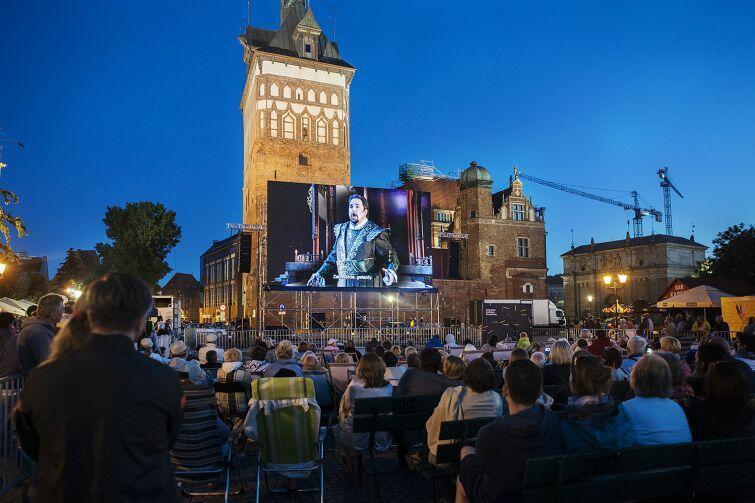 """Opera na Targu Węglowym co roku przyciągała tłumy - nic dziwnego, to jedyna taka okazja, by zobaczyć wielkie dzieła operowe """"pod chmurką"""". W tym roku organizatorzy zapraszają w zupełnie nowe miejsce - do amfiteatru w parku Oruńskim"""