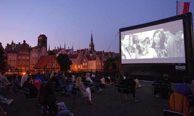 Kino na Szekspirowskim - już w środę, 16 czerwca odbędzie się pierwszy seans. Obejrzymy szaloną, beztroską komedię Palm Springs  w reż. Maxa Barbakowa