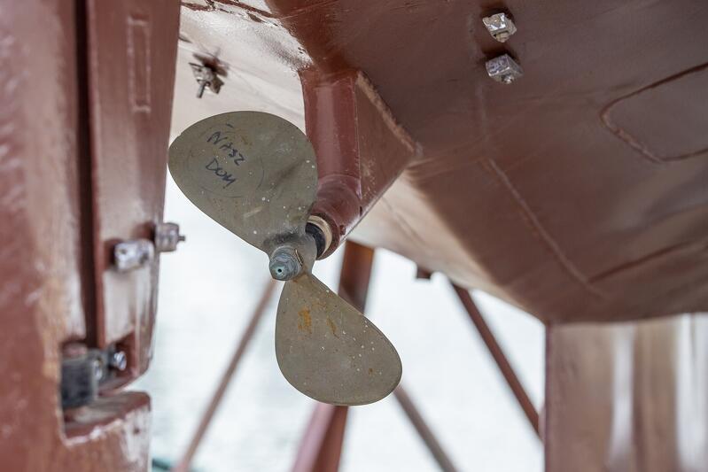Nazwa jachtu nie została jeszcze namalowana na kadłubie - na razie widnieje tylko na śrubie...