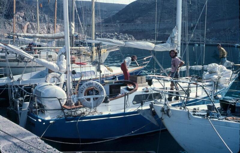 Luty 1980. Wypłynięcie z Puerto Rico de Gran Canaria. Brodata postać na prawym półpokładzie to Australijczyk Graham Stephenson, który dopłynął z załogą Naszego Domu  do Charlotte Amalie na wyspie Św. Tomasza (American Virgin Islands)