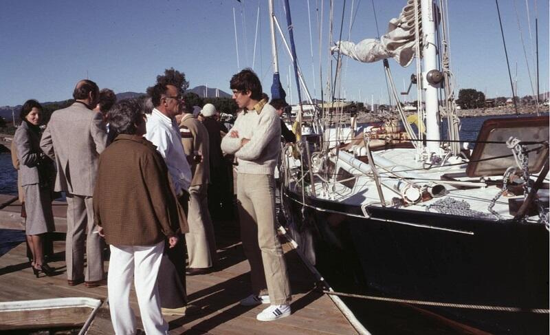 Grudzień 1980. Pożegnanie przed wypłynięciem z Sausalito Yacht Club. Jacht wyremontowany, burty pomalowane na granatowo, otaklowany jako slup, obcięta rura byłego bezanmasztu zamocowana na pokładzie przy spinakerbomie. Łańcuch kotwiczny i kotwica Naszego Domu  zostały ocynkowane przez pana Davida Millera (w okularach i białej wiatrówce)