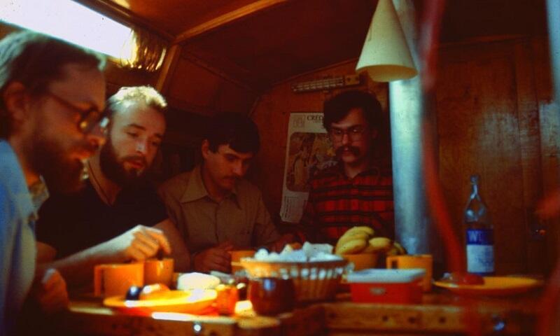 Wiosna 1979, Saint Malo. Załoga w komplecie w mesie jachtu. Od lewej: Michał Szafran, Wojciech Fabiński, Piotr Gocłowski, Wojciech Kozak.