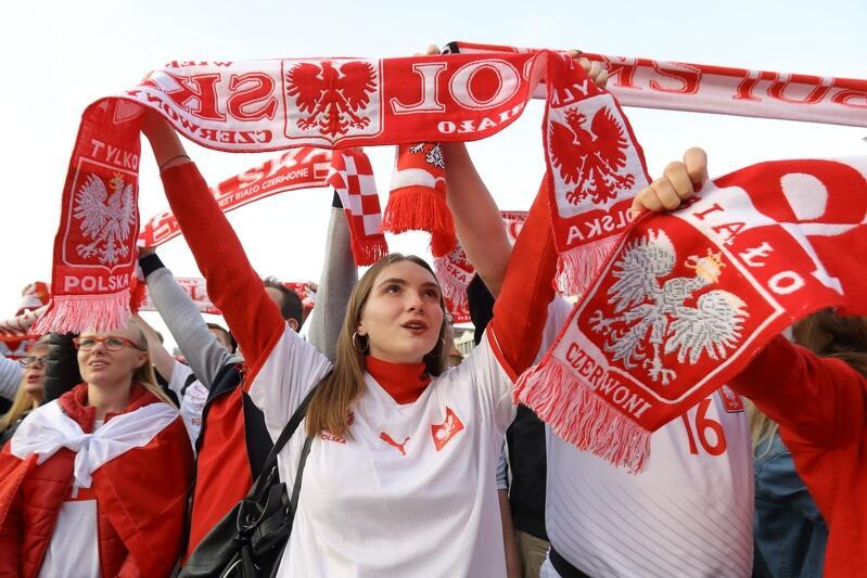 Występy reprezentacji Polski w piłce nożnej cieszą się w Gdańsku niezmiennie dużym zainteresowaniem. Nz. kibice na Targu Węglowym, w czerwcu 2018 roku, podczas meczu Mistrzostw Świata w Piłce Nożnej Polska - Kolumbia