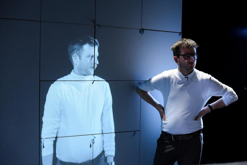 Wojciech Stachura wciela się m.in. w rolę bezimiennego inżyniera, fikcyjnego twórcy słynnego falowca. To postać złożona, która budzi w widzach zarówno sympatię, jak i niechęć