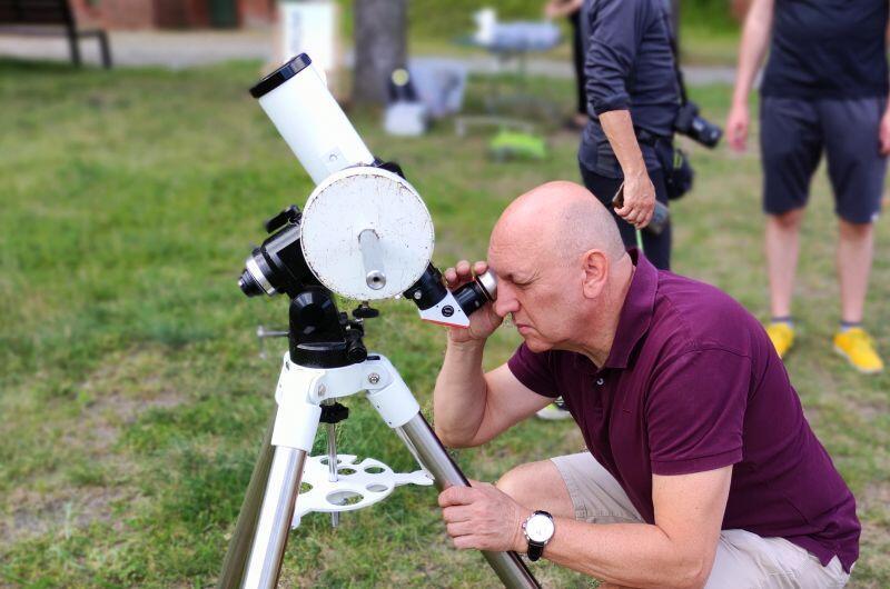 Obserwacja zaćmienia słońca w Hevelianum okazała się nie lada atrakcją dla młodszych i starszych