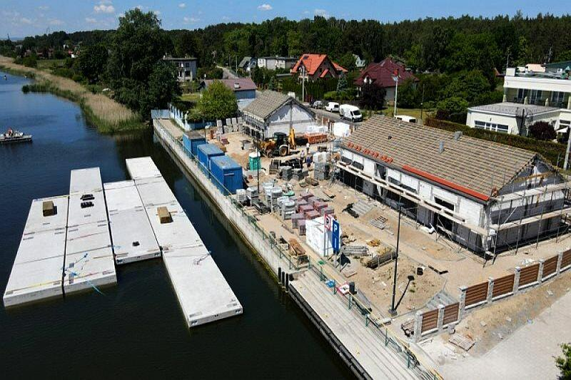 Nowa przystań jachtowa na Wyspie Sobieszewskiej. Widać już na wodzie część pomostów