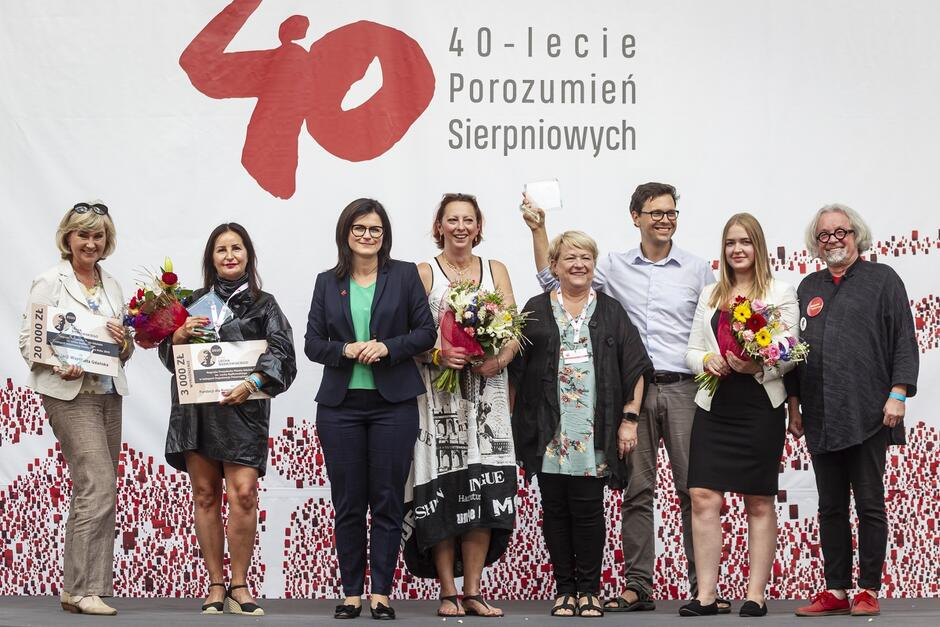 Uśmiechnięte osoby - laureaci nagrody razem z prezydent Aleksandrą Dulkiewicz