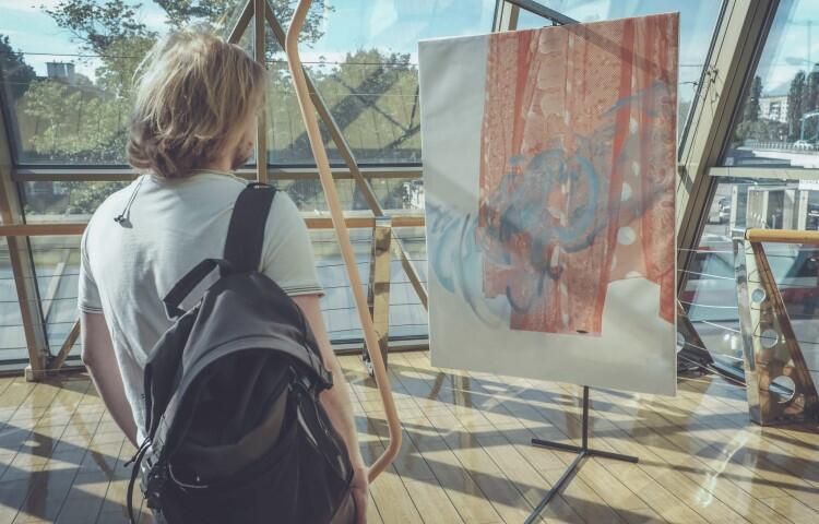 - Do wyrażania siebie gdańska artystka używa różnych mediów: malarstwa, rysunku, obiektu i instalacji - mówi Agata Nowosielska, kuratorka Galerii Klubu Żak