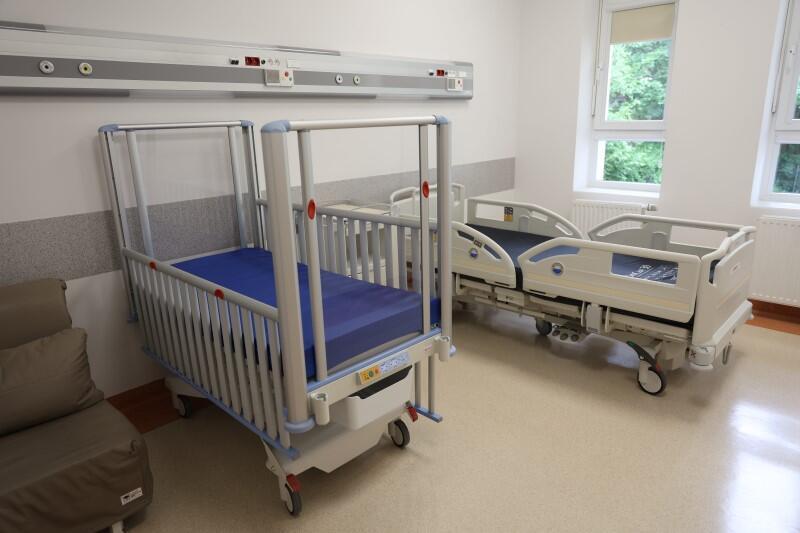 Łóżko dla dziecka w szpitalnej sali