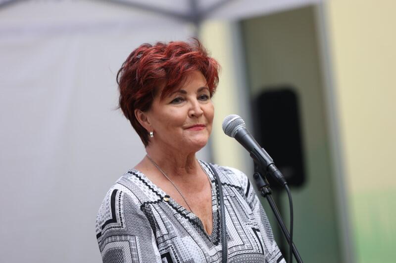 Starsza kobieta, rude krótkie włosy