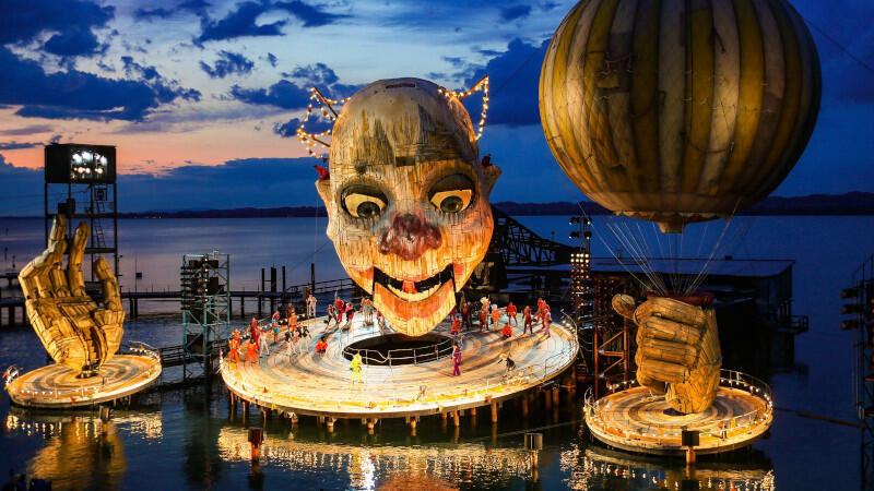 """""""Rigoletto"""" to jedna z najczęściej wystawianych oper na świecie. Ale rzadko można zobaczyć tak szaloną i pełną rozmachu inscenizację, jak ta prezentowana podczas słynnego Festiwalu w Bregencji, a którą zobaczymy w lipcu w Gdańsku"""