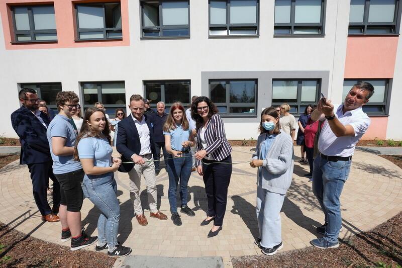 Pozytywny Ogród Edukacyjny został otwarty na terenie Pozytywnej Szkoły Podstawowej im. Arkadiusza Arama Rybickiego przy ul. Azaliowej
