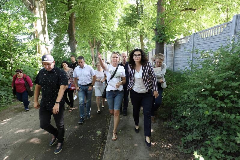 Środowy spacer po Kokoszkach rozpoczął się u zbiegu ulic Budowlanych i Bysewskiej