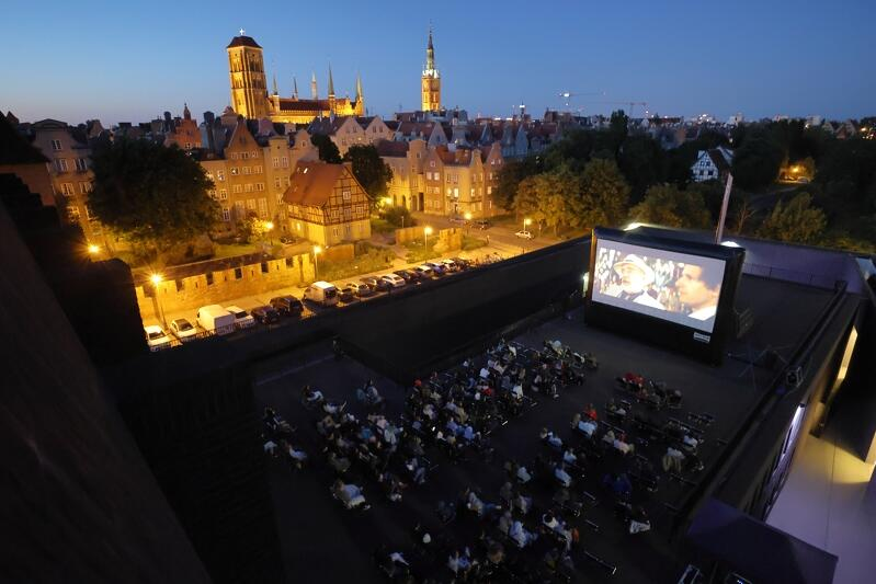 """Idea Kina na Szekspirowskim, inspirowana jest słynnymi projekcjami """"Rooftop cinema"""", które odbywają się od wielu lat na dachach budynków w Nowym Jorku"""