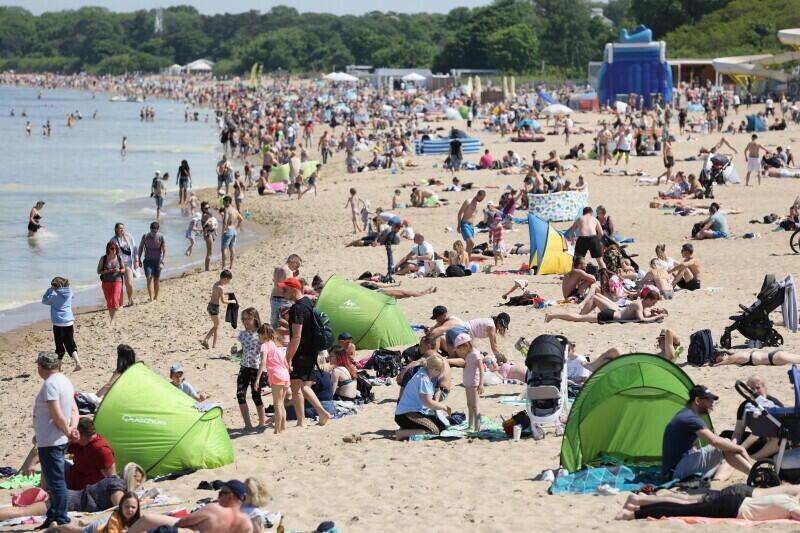 W czerwcu tradycyjnie słońca nie zabraknie - w weekend czekają nas prawdziwe upały. Nz. tłumy na plaży w czasie długiego weekendu w Gdańsku