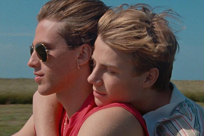 Głównym bohaterem nowego filmu François Ozona jest szesnastoletni Alexis, który niedawno przeprowadził się z rodzicami na normandzkie wybrzeże