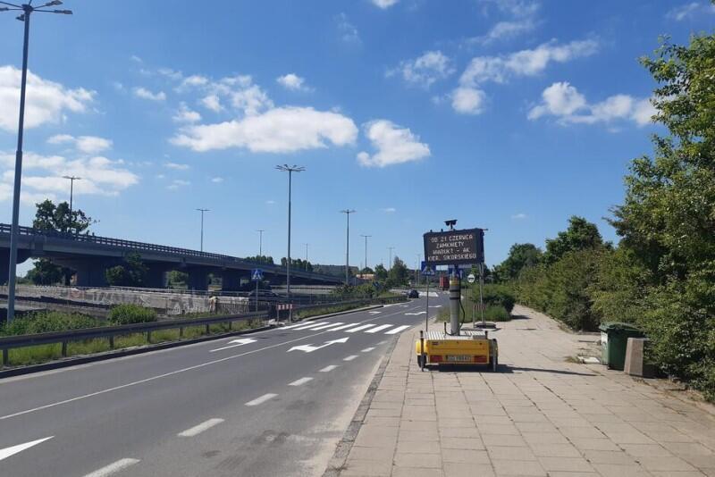 O zmianach w ruchu drogowym informują tablice zmiennej treści, rozstawione wzdłuż al. Armii Krajowej