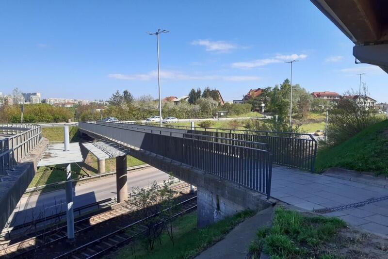Zamknięta kładka dla pieszych, która znajduje się przy wiadukcie - prace na niej już się rozpoczęły