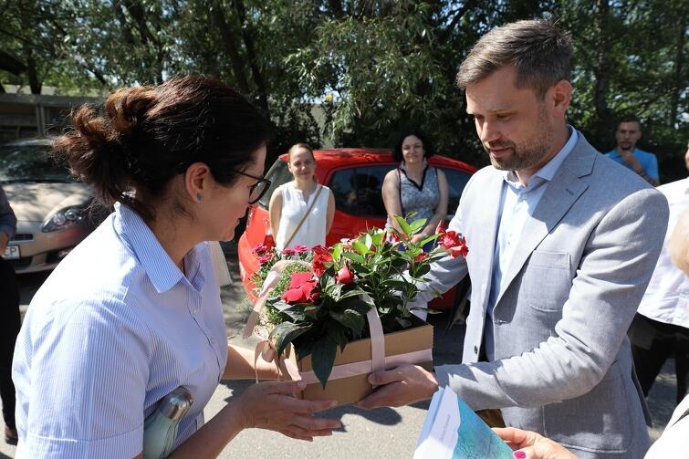 Na powitanie Łukasz Richert, przewodniczący Zarządu Dzielnicy Matarnia, wręczył prezydent Aleksandrze Dulkiewicz ozdobne kwiaty doniczkowe