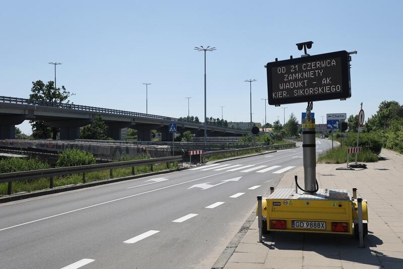 Tablice zmiennej treści na chełmskim odcinku al. Armii Krajowej od kilku dni informują kierowców o zmianach w ruchu samochodów