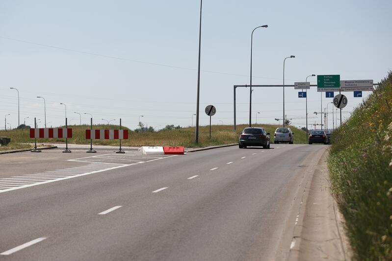 Przygotowany objazd przez pas zieleni między jezdniami al. Armii Krajowej - tutaj widoczny po lewej stronie, na razie za barierkami, które usunięte zostaną w poniedziałek rano. Widok w kierunku obwodnicy Trójmiasta