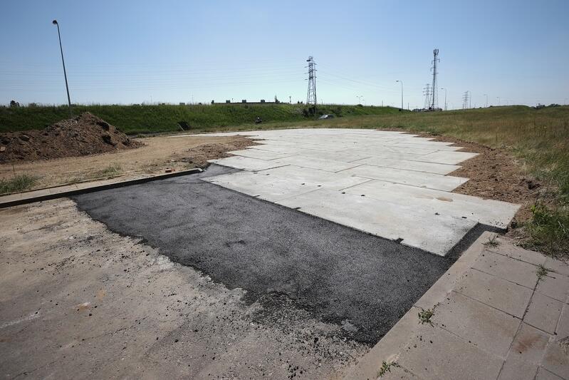 Objazd wykonany jest z betonowych płyt, które poprzedza opaska z asfaltu - po to, by wjazd na płyty odbywał się w płynny sposób.