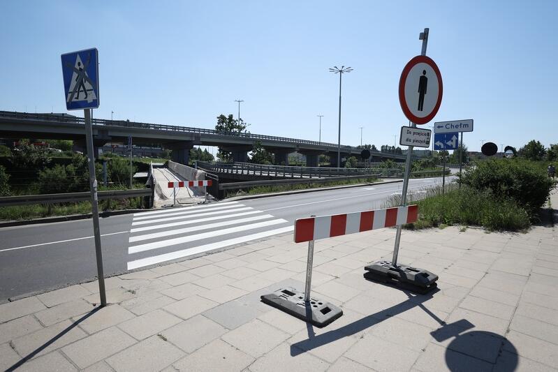 Jedna z kładek dla pieszych zamknięta jest od maja. Korzystać można z drugiej, równoległej, kładki, która znajduje się w odległości kilkudziesięciu metrów, po drugiej stronie wiaduktu