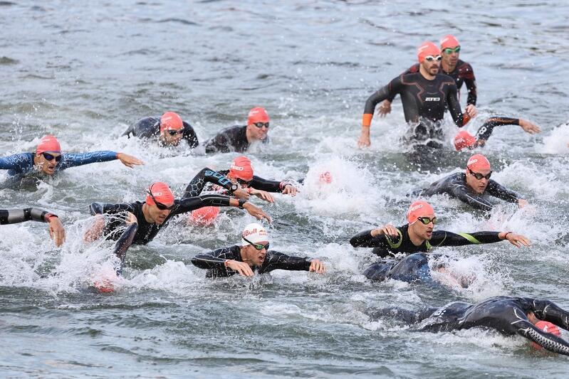 Triathlon to sport dla twardzieli: pływanie, jazda na rowerze, bieg. Trzeba być naprawdę wszechstronnym, żeby dać radę. Nz. początek niedzielnych zawodów - trzeba było przepłynąć 1,9 km w wodach Zatoki Gdańskiej