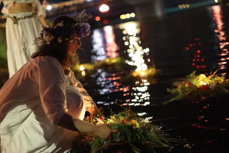 Przez cały niedzielny wieczór w Sobieszewie było głośno i wesoło. Przed północą nadszedł czas na nastrojowe puszczanie wianków na wodę